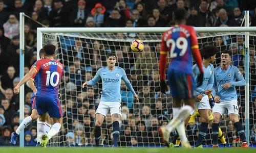Siêu phẩm của Townsend khiến Man City mất tinh thần thi đấu. Ảnh: AFP.