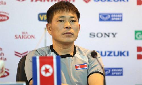 HLV Kim Yong-jun trong cuộc họp báo tại VFF sáng 24/12. Ảnh: Lâm Thỏa.