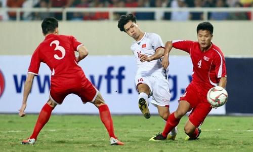 Cả Việt Nam (áo đỏ) lẫn Triều Tiên đều chơi cố gắng suốt 90 phút tại Mỹ Đình. Ảnh: Lâm Thỏa.