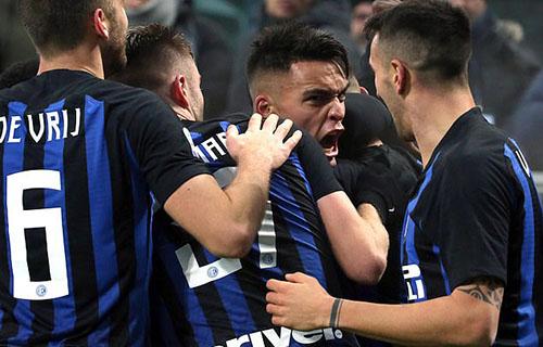 Thắng Napoli giúp Inter thu hẹp khoảng cách với đối thủ xuống còn năm điểm. Ảnh: Reuters.