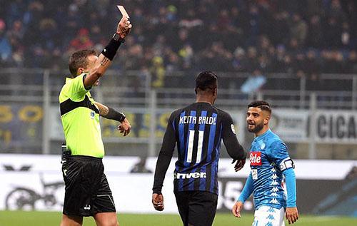 Napoli nhận hai thẻ đỏ trong hơn 10 phút cuối trận. Ảnh: Reuters.