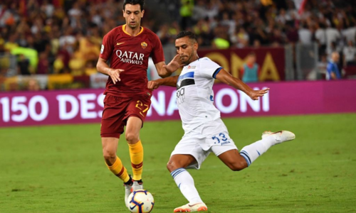 Ali Adnan (phải) tranh bóng với Javier Pastore ở trận gặp AS Roma. Ảnh: Pagine Romaniste.