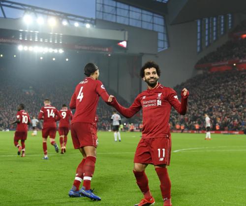 Salah và Van Dijk là hai gương mặt tiêu biểu cho khả năng công thủ toàn diện của Liverpool mùa này. Ảnh: AFP.