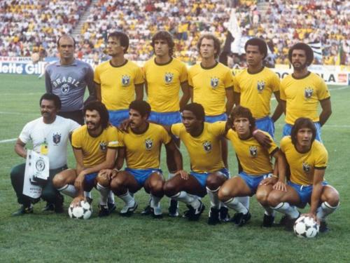 Zico (hàng dưới, thứ hai từ phải sang) trong đội hình Brazil tham dự World Cup 1982 gồm nhiều hảo thủ như Socrates, Falcao, Serginho và Eder. Ảnh: FIFA.