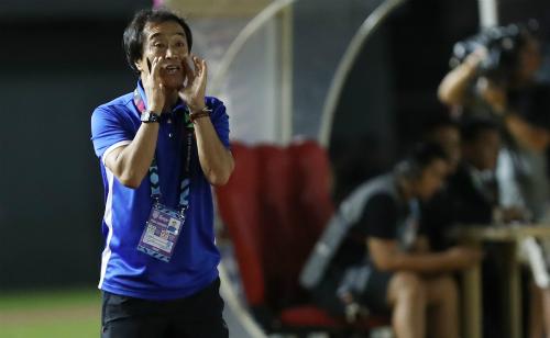 Ông Lee Young-jin chỉ đạo các cầu thủ Việt Nam trong trận đấu với Philippines ở lượt đi bán kết AFF Cup 2018. Ảnh: Đức Đồng.