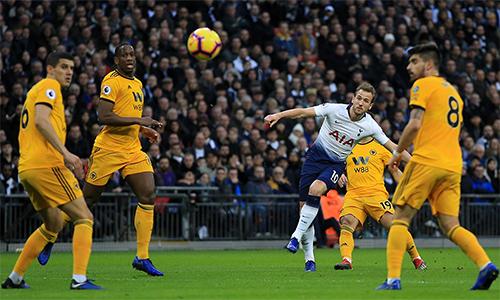 Bàn mở tỷ số là pha làm bàn thứ 13 của Kane tại Ngoại hạng Anh mùa này, đưa anh bắt kịp Aubameyang, đồng dẫn đầu cuộc đua phá lưới. Ảnh: PL.