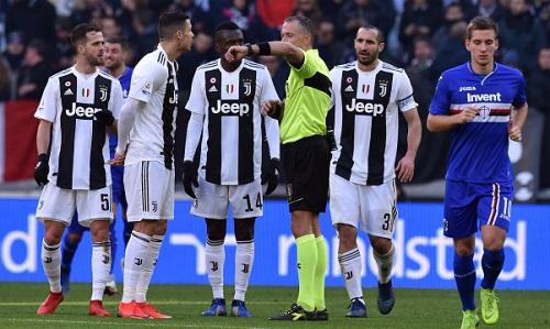 Công nghệ VAR ghi dấu ấn trong hai bàn thắng và khiến Sampdoria bị từ chối bàn gỡ hòa vào cuối trận. Ảnh: AFP.