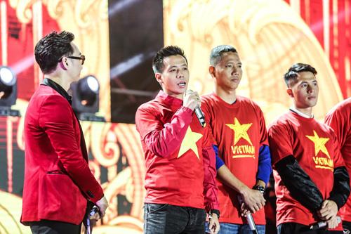 Chia sẻ về chức vô địch của đội tuyển Việt Nam, cầu thủ Văn Quyết cảm thấy tự hào khi đeo băng đội trưởng. Tiền vệ này đặt nhiều niềm tin cho đội tuyển Việt Nam ở giải Asian Cup sắp tới bởi đây là cầu thủ đầy tài năng cùng chiến lược tài tình của ban huấn luyện.