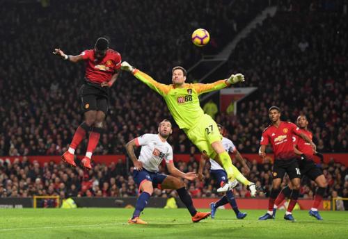 Pogba đánh đầu tung lưới Bournemouth. Ảnh: AFP.