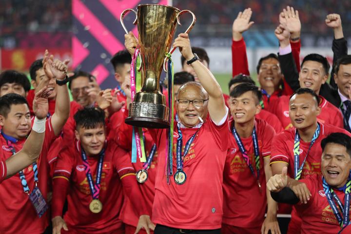 HLV Park kết thúc năm 2018 với bóng đá Việt Nam bằng chức vô địch AFF Cup. Ảnh: Đức Đồng.