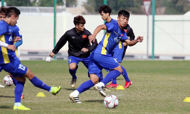 Tiến Dũng (số 4) tích cực tập luyện tại Doha, Qatar, để mong được đá chính khi vào chiến dịch Asian Cup. Ảnh: VFF.