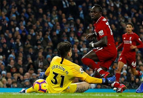 Liverpool đã có những cơ hội tốt, nhưng không tận dụng được. Ở tình huống trong ảnh, Mane thắng Ederson, nhưng bóng lại tìm đến cột dọc.
