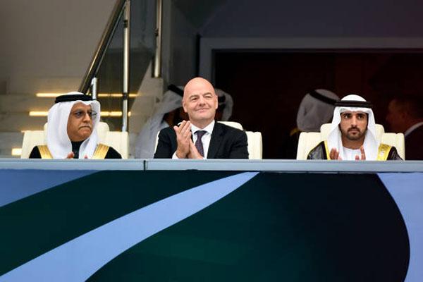 Chủ tịch FIFA, Gianni Infantino (giữa) tỏ vẻ hài lòng với lễ khai mạc Asian Cup 2019.