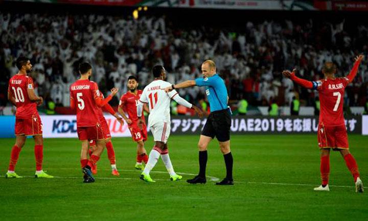 Trọng tài Makhadmeh chỉ tay vào chấm 11 met, bất chấp phản ứng của cầu thủ Bahrain (áo đỏ). Ảnh: AFC.