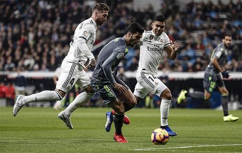 Casemiro khởi đầu trận đấu một cách tệ hại bằng pha phạm lỗi trong vòng cấm. Ảnh: Reuters