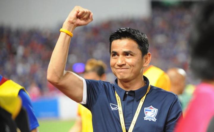 Kiatisuk khi dẫn dắt tuyển Thái vô địch AFF Cup 2016. Ảnh: AFF.