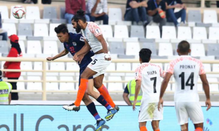 Pha không chiến giữa trung vệ Jhingan và tiền đạo Supachai Jaided. Ảnh: AFC.