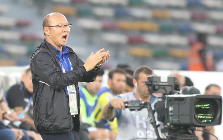 HLV Park Hang-seo khích lệ tinh thần các cầu thủ trong trận đấu với Iraq. Ảnh: Anh Khoa.