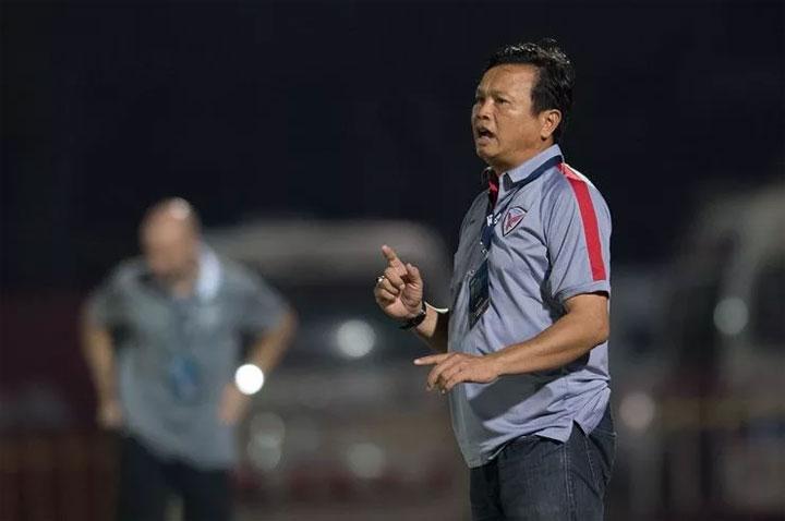 Sirisak (phải) bất ngờ trở thành HLV ngay sau trận đầu tại Asian Cup. Ảnh: Fox Sports
