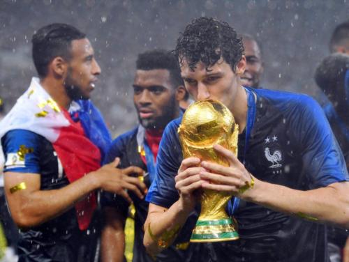 Pavard ôm Cup vàng thế giới. Ảnh:AFP.