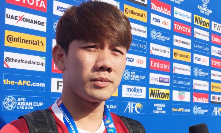 Tiền vệ Minh Vương chia sẻ trước buổi tập chiều nay 10/1 tại UAE. Ảnh: Anh Khoa.
