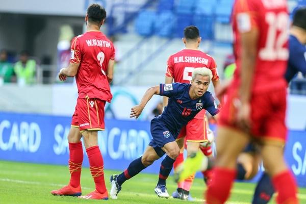 Chanathip (áo xanh) dứt điểm tinh tế giữa vòng vây hậu vệ Bahrain. Ảnh: AFC.