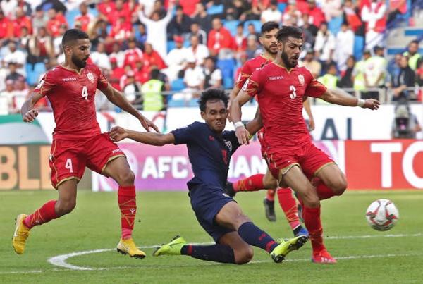 Teerasil suýt có tuyệt phẩm khi độc diễn qua hai cầu thủ Bahrain. Ảnh: AFC.