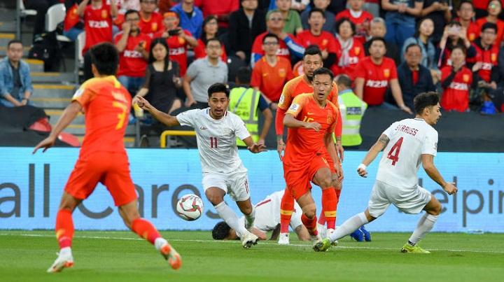 Philippines bất lực trước sức mạnh của các cầu thủ Trung Quốc và gục ngã ở những tình huống cố định. Ảnh: AFC.