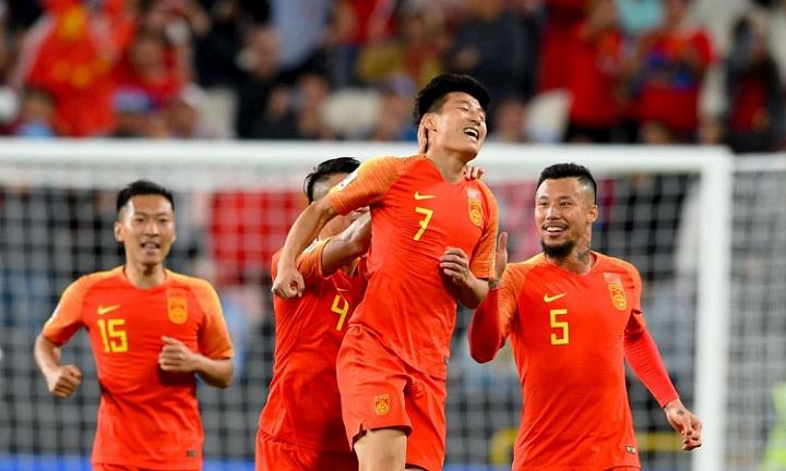 Wu Lei (số 7) ghi hai bàn thắng đẹp mắt, mở ra chiến thắng cho Trung Quốc. Ảnh: AFC.