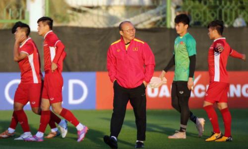 Phòng ngự như thế nào trước một đội bóngcó thể hình, thể lực và đẳng cấp cao hơn như Iran là một vấn đề lớn với HLV Park Hang-seo. Ảnh: Anh Khoa.