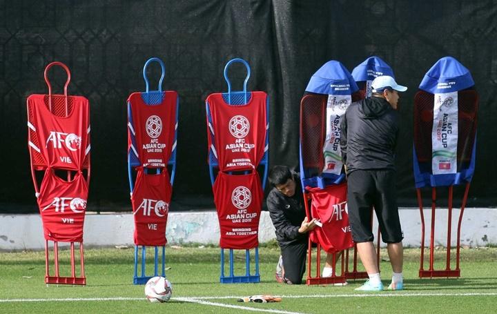 Các trợ lý của Park Hang-seo chuẩn bị những dụng cụ tập chốngđá phạt cố định. Kể từ AFF Cup 2018, Việt Nam nhiều lần để thua ở các pha bóng chết. Ảnh: Anh Khoa.