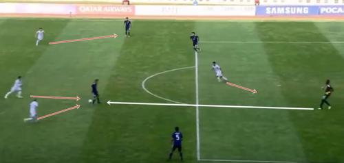 Tình huống gây sức ép tầm cao của Việt Nam (trắng) khiến các cầu thủ Nhật Bản mắc sai lầm...