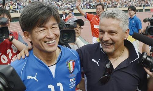 Miura (trái) sinh sau Roberto Baggio tám ngày. Baggio giải nghệ năm 2004, còn Miura vẫn đang thi đấu. Ảnh: Reuters.