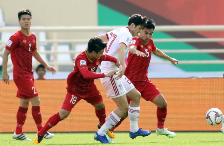 Đức Huy (số 15) trong một pha tranh chấp bóng với cầu thủ Iran. Ảnh: Anh Khoa.