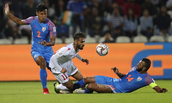 Bahrain gặp khó trước hàng thủ đông người của Ấn Độ nhưng thoát hiểm nhờ quả phạt đền cuối trận. Ảnh: Fox.