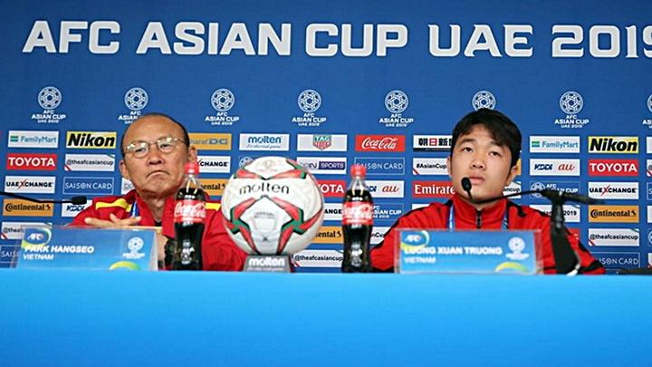 Xuân Trường (phải) là cầu thủ được chỉ định dự buổi họp báo cùng HLV Park Hang-seo. Ảnh: Hoàng Linh.