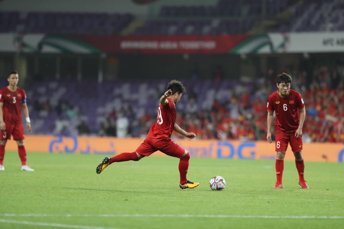 Asian Cup 2019: Fox Sports so sánh cú sút phạt của Quang Hải với Messi