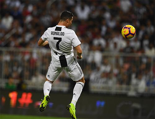 Ronaldo trong tình huống đánh đầu ghi bàn hạ Milan.