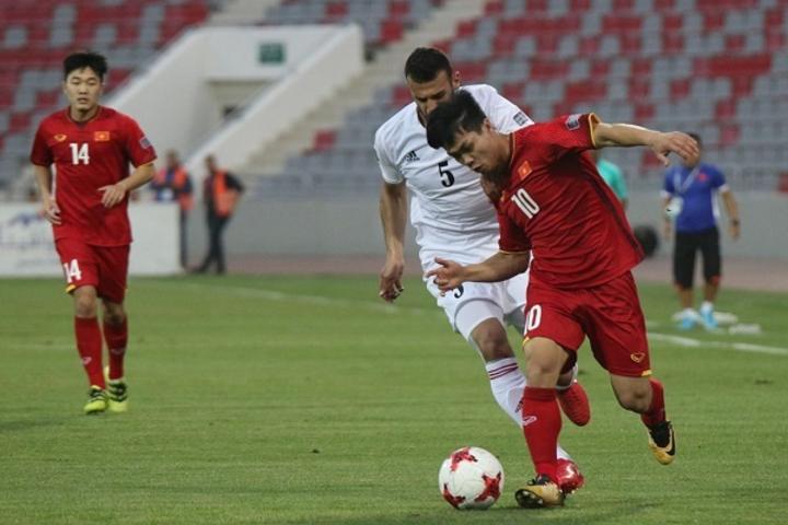 Công Phượng đi bóng trong sự truy cản của cầu thủ Jordan, ở trận lượt về vòng loại Asian Cup 2019. Ảnh: Đoàn Huynh.