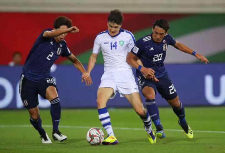 Shomurodov đi bóng giữa các cầu thủ Nhật Bản. Ảnh: AFC.