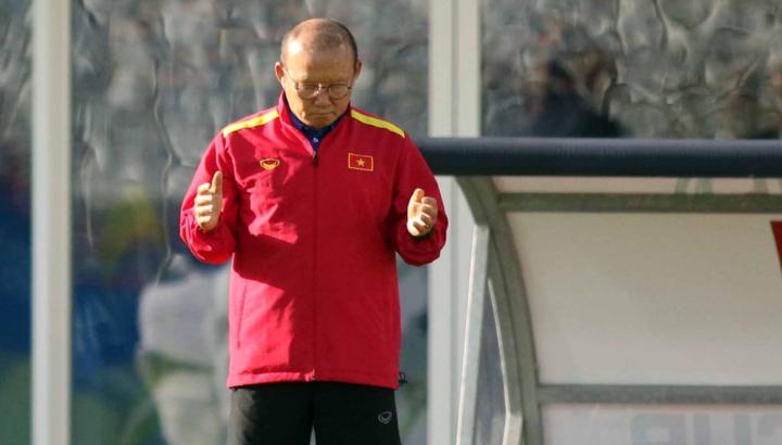 Ông Park thường có thói quen cầu nguyện trước khi chuẩn bị cho một trận đấu mới. Ảnh: Văn Lộc.