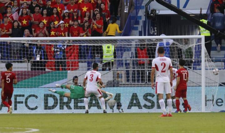 Mành lưới của Việt Nam tung lên sau cú sút phạt của cầu thủ Iran. Ảnh: Anh Khoa.