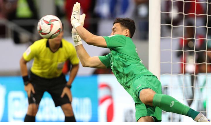 Văn Lâm đẩy quả phạt đền củaAhmed Sami tại Dubai tối 20/1. Ảnh: AFC
