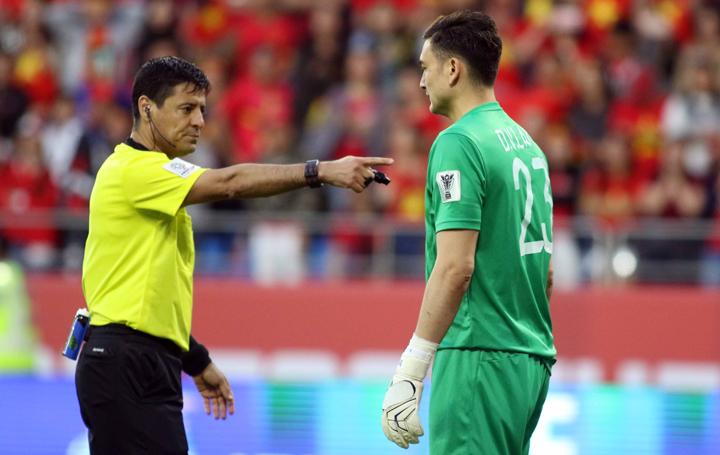 Văn Lâm bị trọng tài nhắc nhở vì thường xuyên tiến lại gần cầu thủ Jordan để gây sức ép. Ảnh:Anh Khoa.