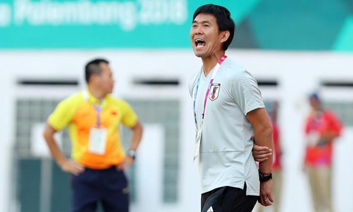 Moriyasu chỉ đạo các học trò trong trận đấu giữa Olympic Nhật Bản và Olympic Việt Nam ở Asiad 2018. Ảnh: Đức Đồng.