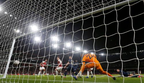 Pha làm bàn Aubameyan - người đã ghi bàn ở những trận đầu tiên cho Arsenal trên các đấu trường Ngoại hạng Anh (gặp Everton), Europa League (Vorskla Poltava) và FA Cup (Man Utd).