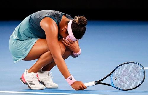 Osaka xúc động, gục xuống sân khi Kvitova đánh ra ngoài ở tình huống quyết định. Ảnh: AP.