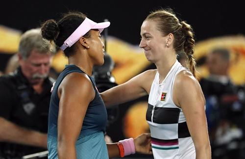 Osaka (trái) và Kvitova đều khâm phục nhau sau hai tiếng rưỡi so tài. Ảnh: Reuters.