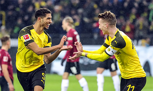 Dortmund đang thăng hoa với sự pha trộn hài hoà giữa lớp cựu binh giàu kinh nghiệm như Reus (phải) với thế hệ trẻ của những Hakimi (trái), Sancho...