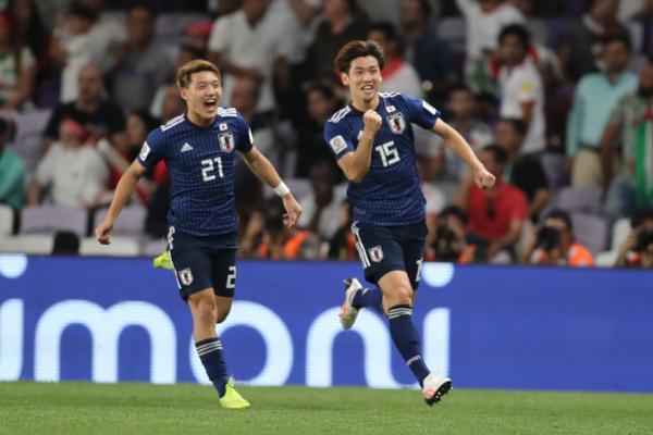 Yuya Osako (15) chia vui sau bàn thắng mở tỷ số. Ảnh:AFC.